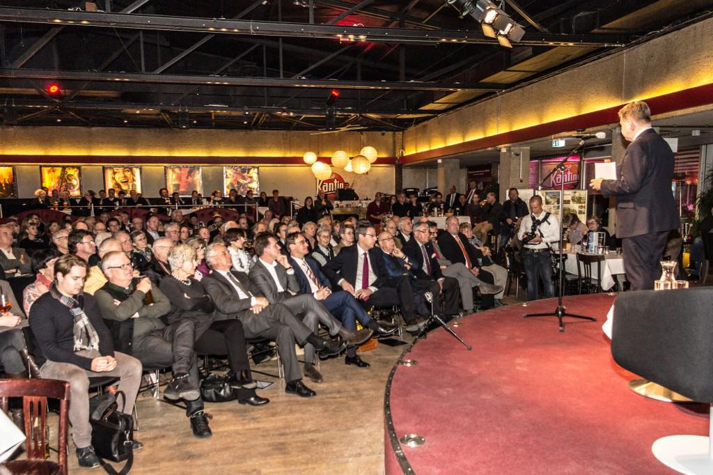Abgeordneter Robert Brannekämper begrüßt in der Nachtkantine im Werksviertel das Publikum